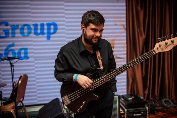 басист